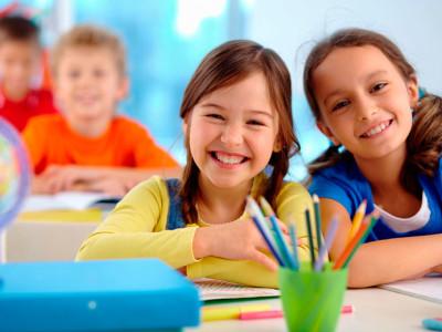 volta-às-aulas-com-mochilas-risca-e-sestini-estudantes